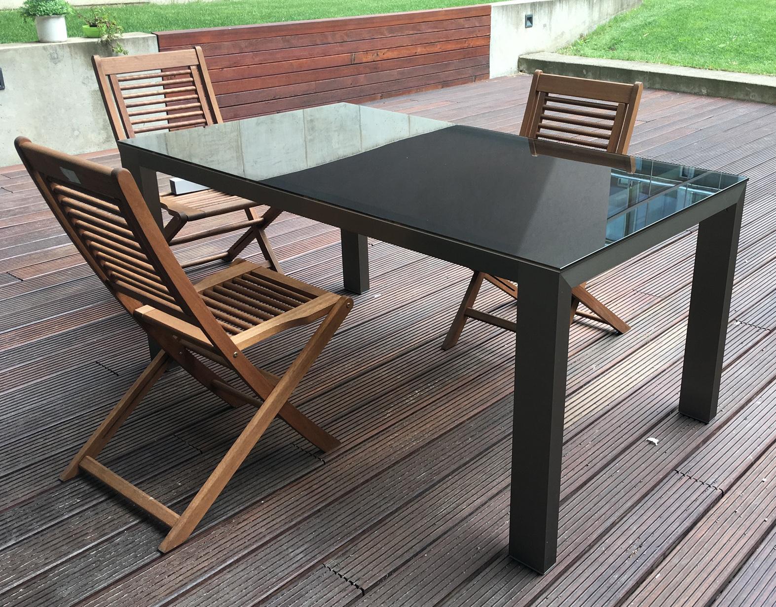 kovový stůl benetto typ B se skleněnou deskou na zahradu